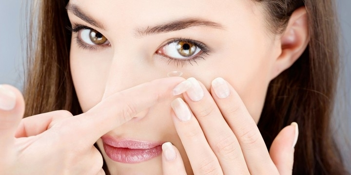 Sử dụng kính áp tròng để giúp mắt to hơn